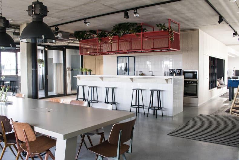 Die Küche ist zentraler Treffpunkt für Mitarbeiter und Kunden.